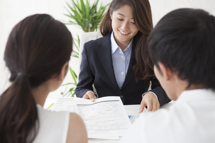 投資の説明をする女性