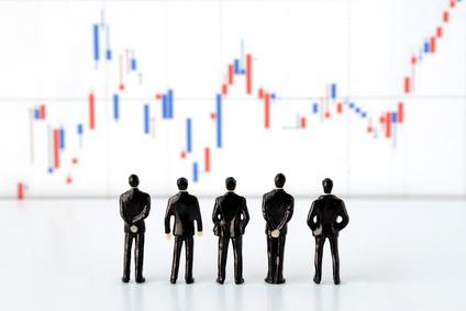 株価を眺める人々