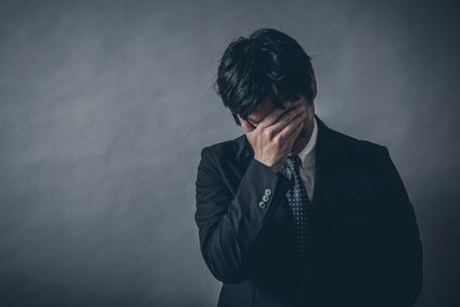 資産運用で失敗した男性